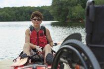 Жінка з хребтом Cord Injury дізналася, як використовувати каяк — стокове фото