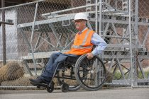 Інженер проекту зі спинним кордом Інжюрі на інвалідному візку на робочому місці. — стокове фото