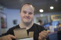 Caucásico hombre con síndrome de Down trabajando en restaurante - foto de stock