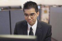 Asiatico uomo con autismo lavoro in ufficio — Foto stock