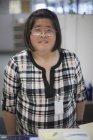 Asiatin mit Lernbehinderung arbeitet am Kopierer — Stockfoto