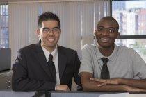 Afroamericano uomo e asiatico con autismo lavoro in ufficio — Foto stock