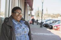 Ritratto di donna con disturbo bipolare in strada — Foto stock
