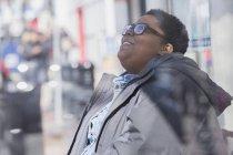 Femme avec le désordre bipolaire détendant dans son voisinage — Photo de stock