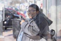 Donna con disturbo bipolare fumare una sigaretta — Foto stock