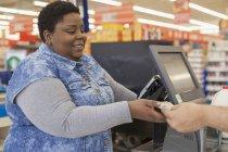 Porträt einer glücklichen Frau mit bipolarer Störung beim Einkaufen im Supermarkt — Stockfoto