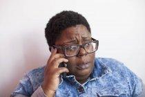 Primer plano de una mujer con trastorno bipolar hablando por teléfono celular - foto de stock