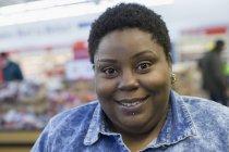 Mulher com transtorno bipolar compras no supermercado — Fotografia de Stock