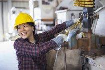 Engenheiro de potência feminino equipamento de fixação em caminhão balde — Fotografia de Stock