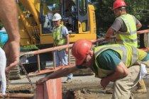 Будівельники готуються видертися з драбини вниз. — стокове фото