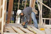 Tischler misst Brettlänge für Hausbau — Stockfoto