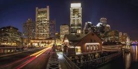 Rascacielos iluminados por la noche, Congress Street Bridge, Fort Point Channel, South Boston, Boston, Massachusetts, EE.UU. - foto de stock
