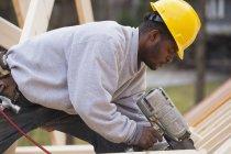 Tischler nagelt auf Dachhöhe — Stockfoto