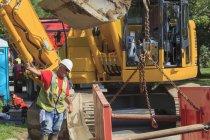 Contremaître de construction guidant le placement de l'étaiement dans le trou — Photo de stock
