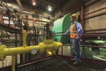Інженер на електростанції перевіряє трубопровід конденсатору. — Stock Photo