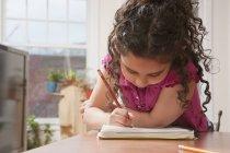 Ragazza ispanica che fa il suo lavoro scolastico — Foto stock
