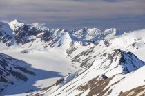 Vue panoramique sur les montagnes enneigées de l'Alaska Range ; Alaska, États-Unis d'Amérique — Photo de stock