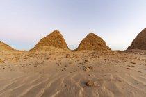 Пірамідне поле Нурі в сутінках; північний штат Судан. — стокове фото