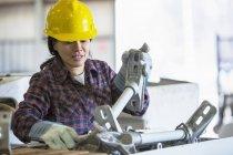 Ingénieur de puissance femelle mettant l'équipement dans le camion seau — Photo de stock