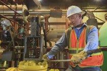 Engenheiro em usina elétrica inspecionando tubulação do condensador — Fotografia de Stock