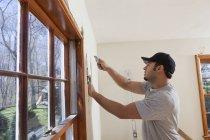 Латиноамериканец резки обоев для новых дверей палубы в доме — стоковое фото