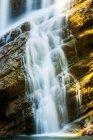 Крупный план водопадов на скалистом утесе, Национальный парк Уотертон Лейкс; Уотертон, Альберта, Канада — стоковое фото