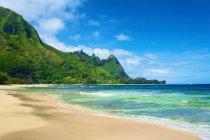 Vue De La Côte De Kauai Avec Des Montagnes Vertes Robustes Et Une Plage De Sable ; Wailua, Kauai, Hawaï, États-Unis D'amérique — Photo de stock