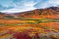 Brooks Mountains und Dalton Highway in Herbstfarben, Gates of the Arctic National Park and Preserve, Arctic Alaska im Herbst; Alaska, Vereinigte Staaten von Amerika — Stockfoto