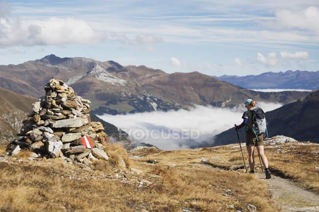 Туристка по тропе — стоковое фото