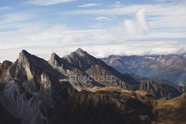 Sommets montagneux escarpés — Photo de stock