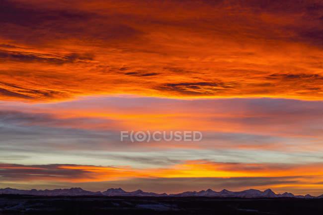 Dramatisch feurigen Sonnenuntergang — Stockfoto