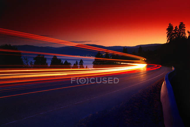 Zeitverzögerung der Scheinwerfer auf Bergstraße — Stockfoto
