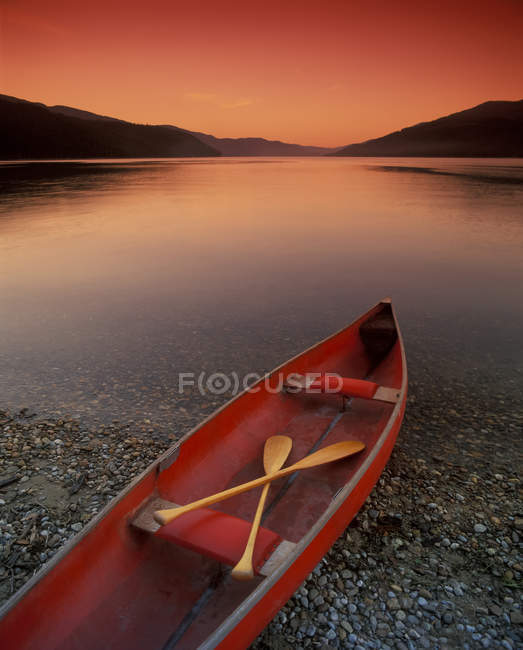 Canoe At Edge Of Mountain Lake — Stock Photo