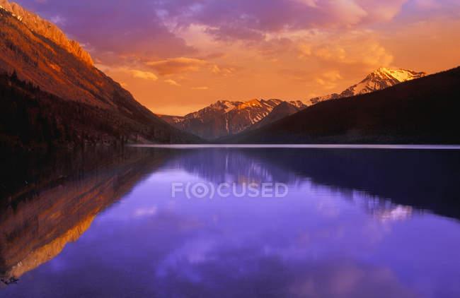 Lago calmo com montanhas — Fotografia de Stock