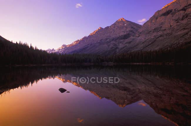 Lago di montagna panoramica — Foto stock