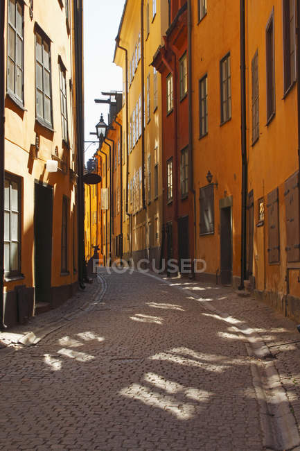 Edifici colorati lungo Narrow Street — Foto stock