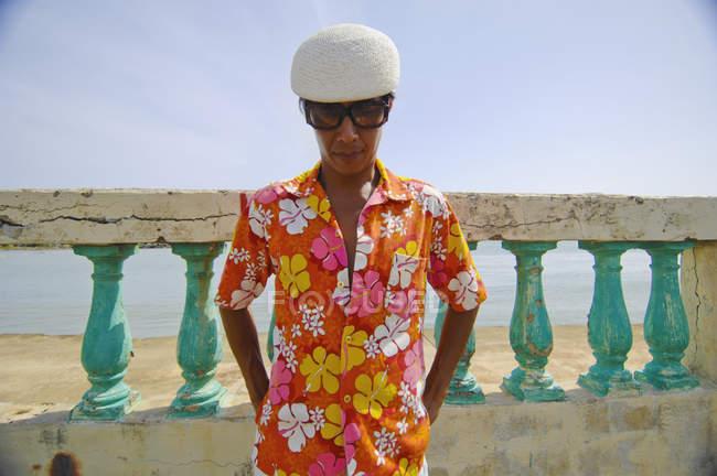 Азіатських людині в сорочці — стокове фото