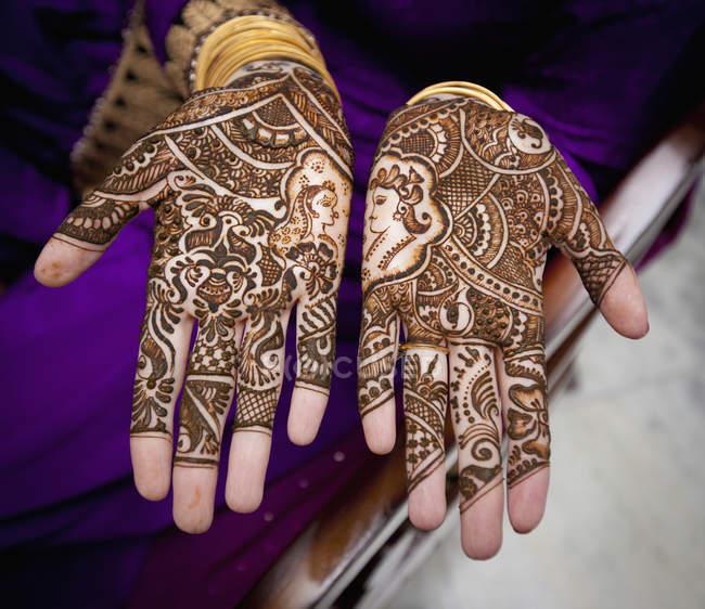 Closeup de Mehndi cobrindo as mãos femininas — Fotografia de Stock