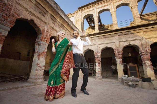 Mixte Race Couple Danse — Photo de stock