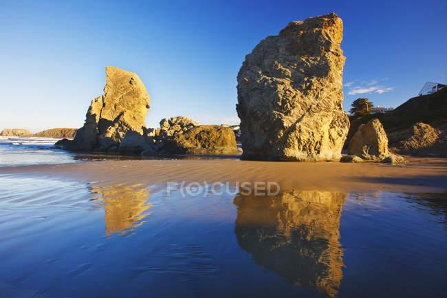 Felsformationen am Strand — Stockfoto