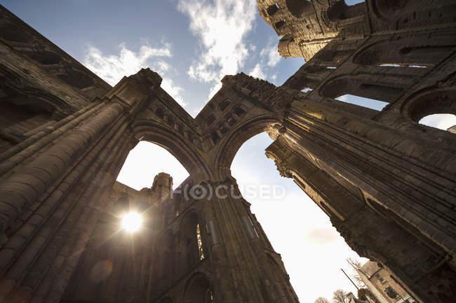 Историческое здание с солнечным светом — стоковое фото