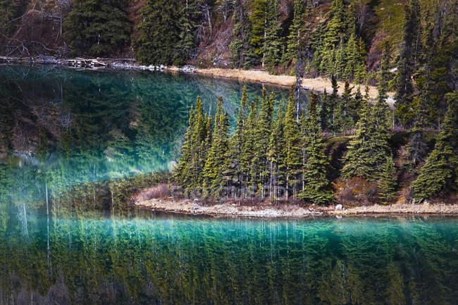 Бирюзовый Изумрудное озеро — стоковое фото