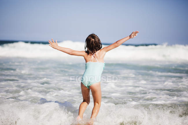 Young girl plays — Stock Photo