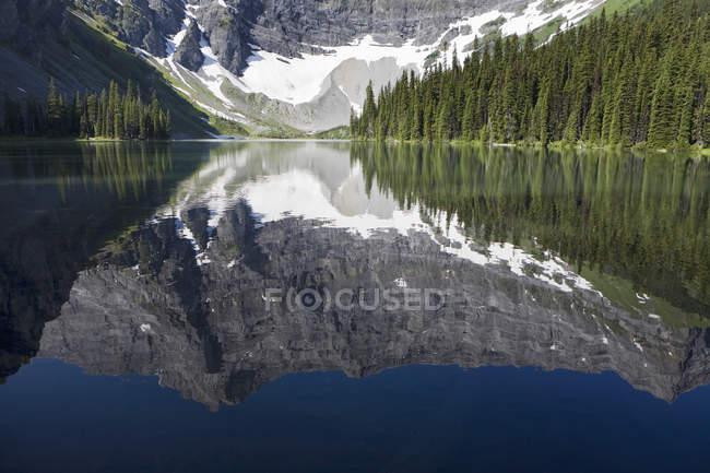 Reflexo de Lago de montanha — Fotografia de Stock