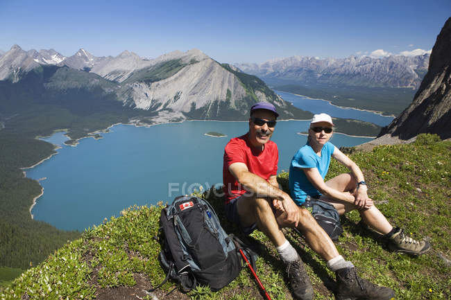 Male and female hikers — Stock Photo