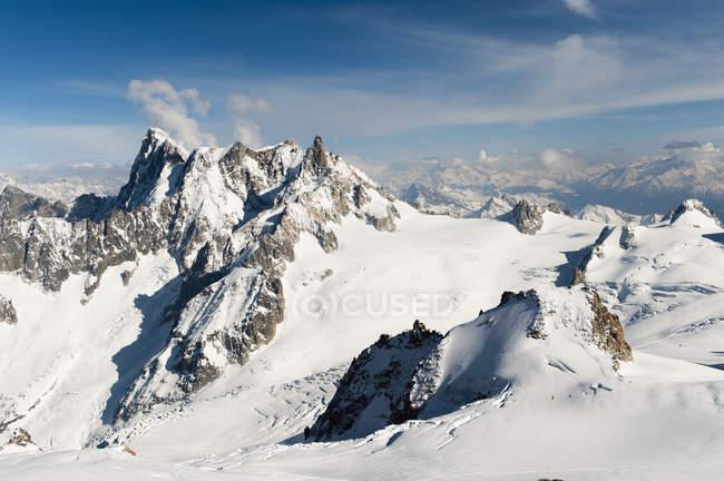Міцний гірський хребет Французькі Альпи — стокове фото
