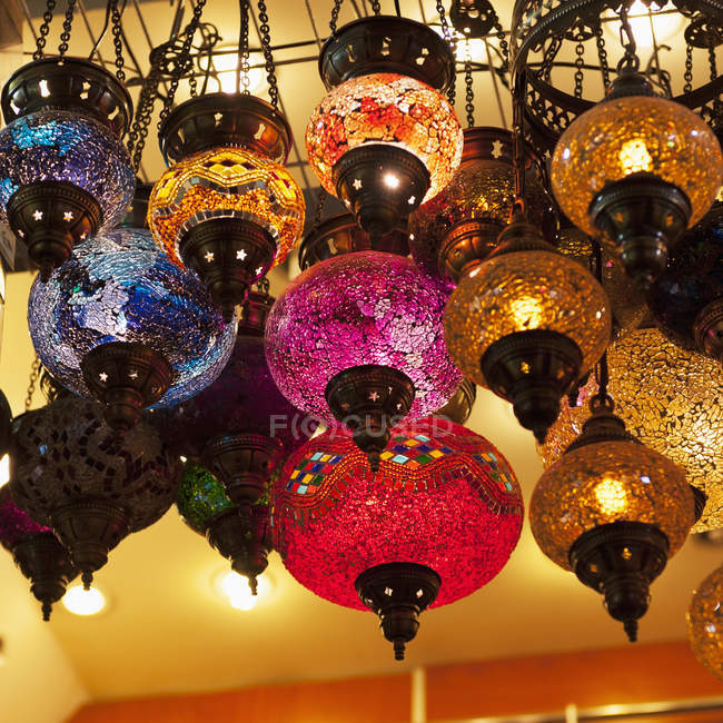Vidrio colores iluminado - foto de stock