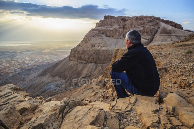 Man sits on a rock — Stock Photo