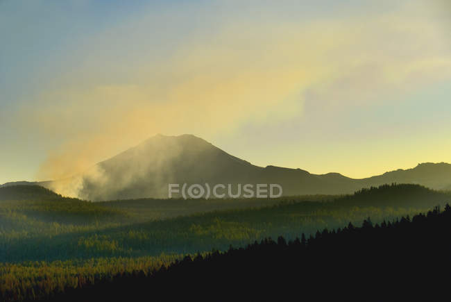 Вулканічні гори і ліси вогню — стокове фото