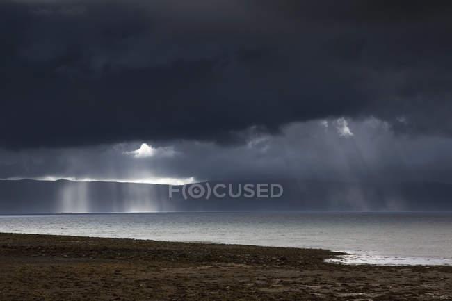 I raggi del sole brillano attraverso le nuvole — Foto stock